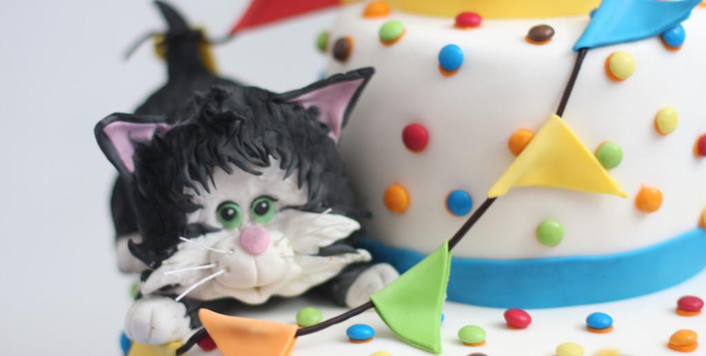 stapeltaart met feestende kittens