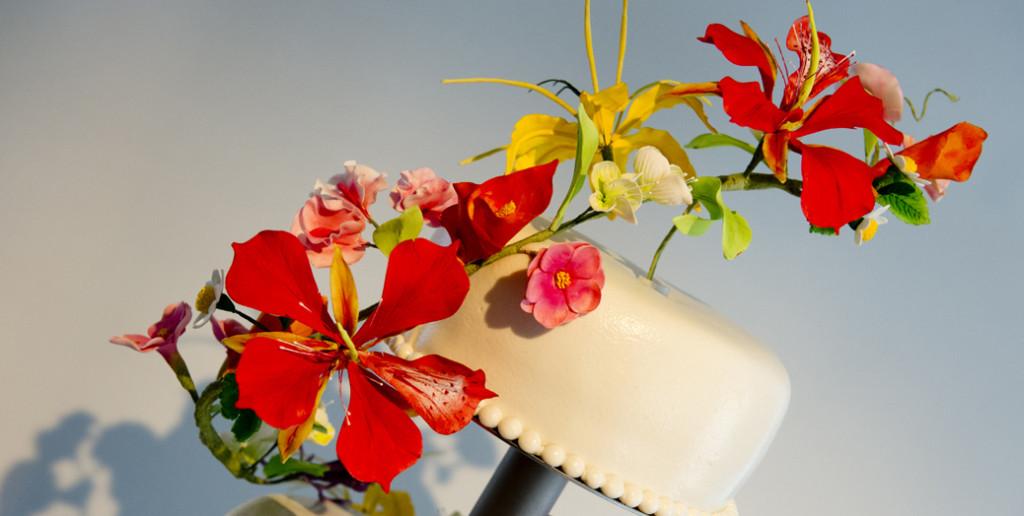 bruidstaart met suikerbloemen